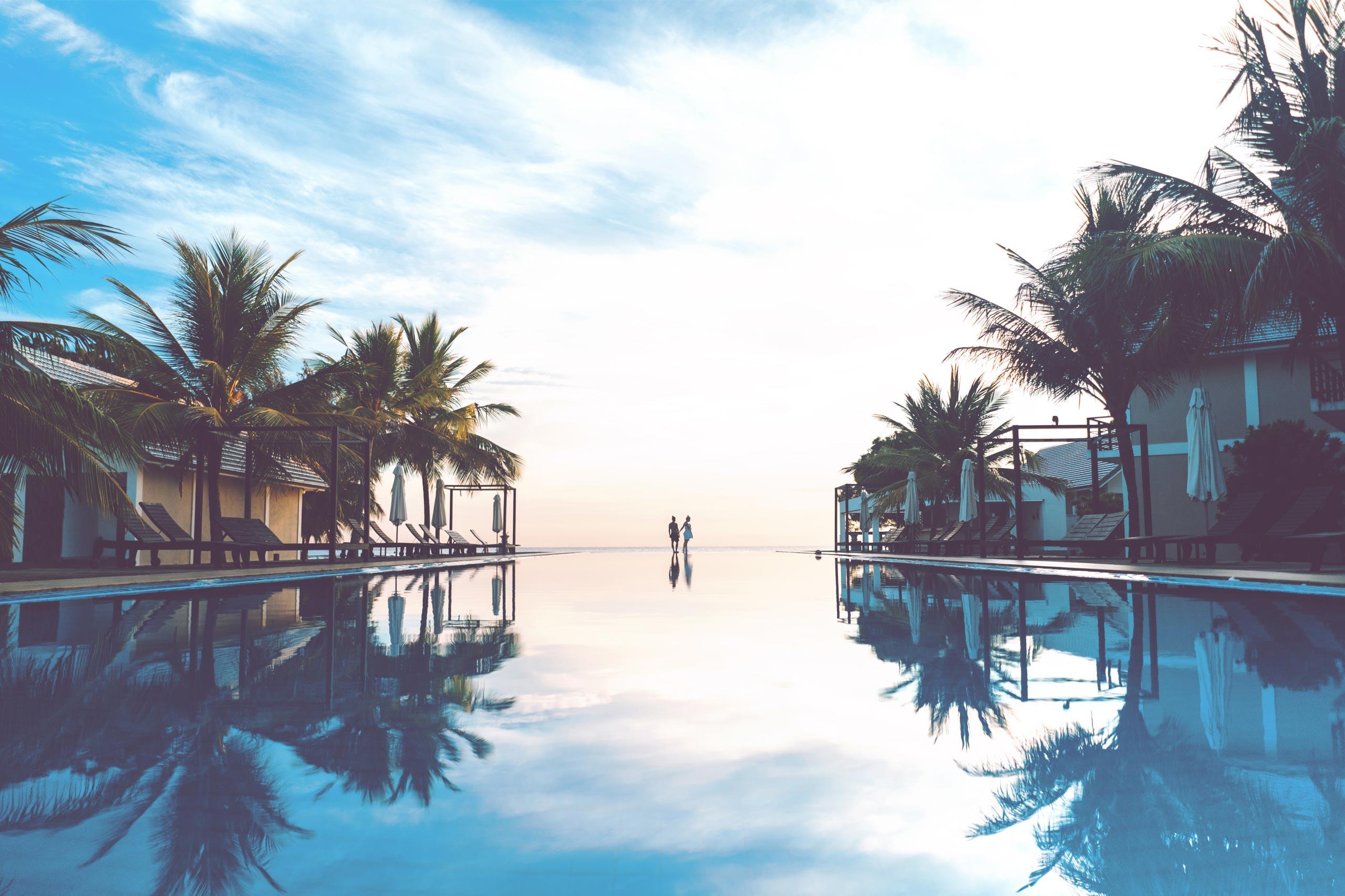 Rafraîchissez-vous dans la piscine extérieure qui surplombe le merveilleux rivage de la Normandie.