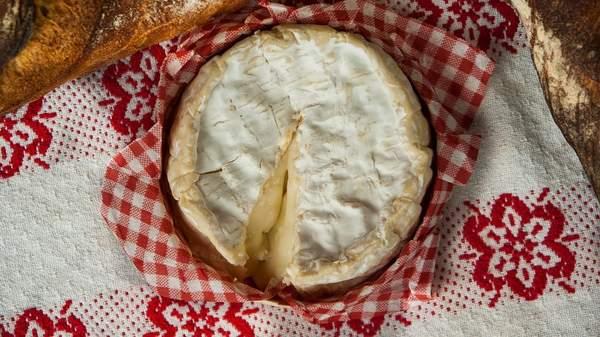 Le camembert crémeux est un fromage originaire de Normandie et emblématique de la cuisine normande